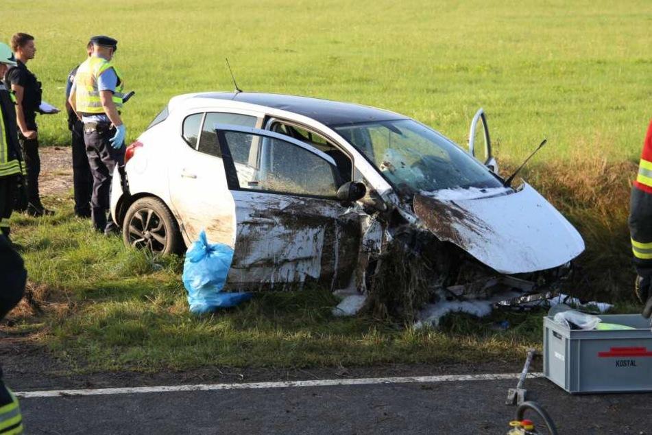 Nach dem Zusammenstoß schleuderte der Wagen in den Straßengraben.