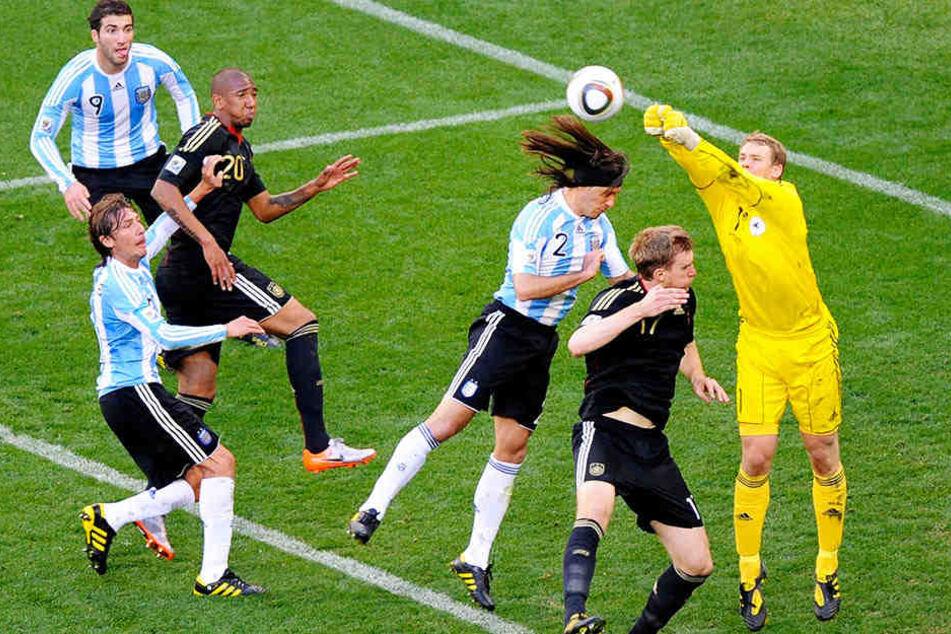 Manuel Neuer (r.) pariert bei der WM 2010 im Viertelfinale gegen Argentinien (4:0) einen Ball in der ihm eigenen Art.