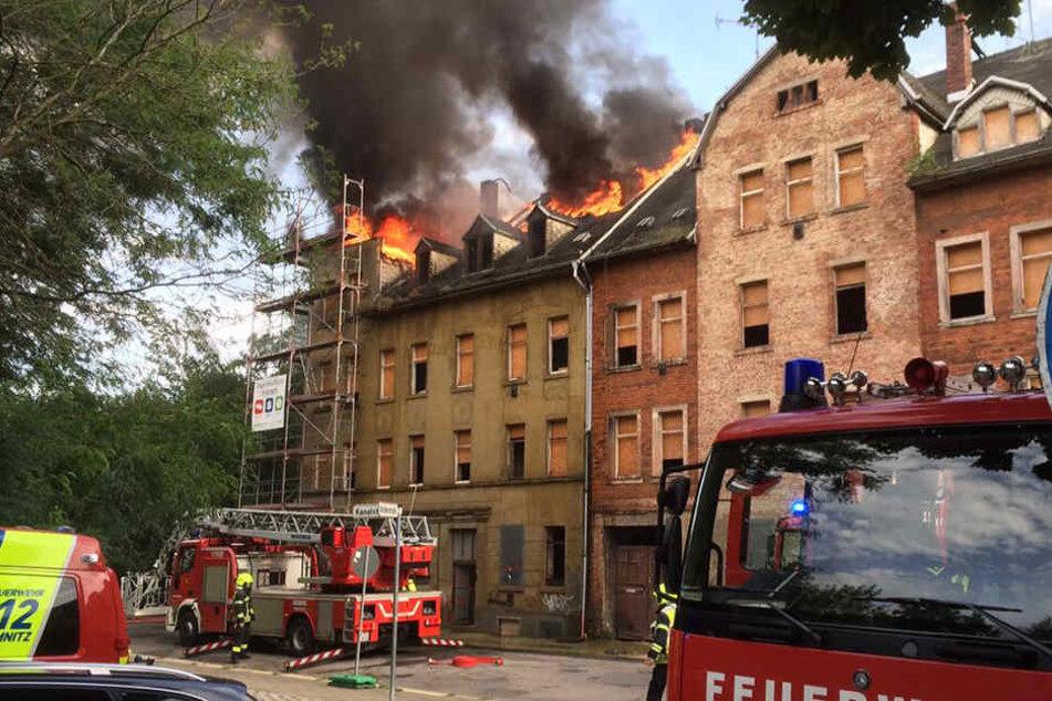 In Chemnitz steht in der Kanalstraße ein Haus in Flammen.