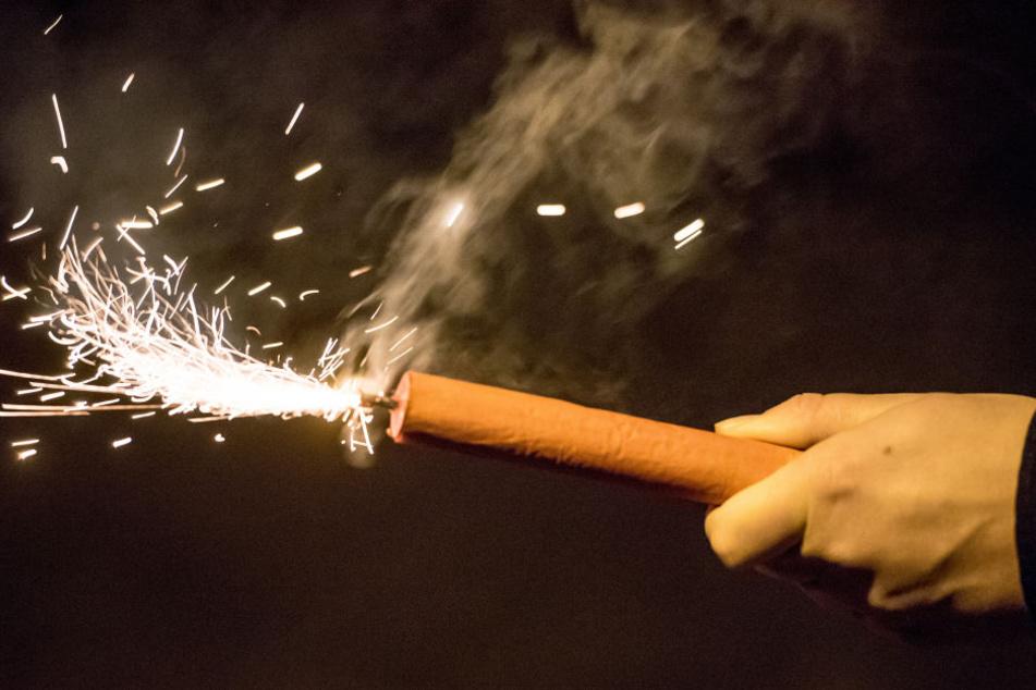 Beim Anzünden eines zuvor nicht gezündeten Feuerwerkskörpers hat ein 19-jähriger Flüchtling frei Fingerkuppen verloren. (Symbolbild)