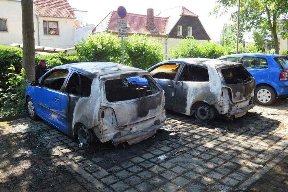Drei Polos und ein Lupo fielen den Flammen zum Opfer. Ein fünfter Wagen blieb unversehrt.