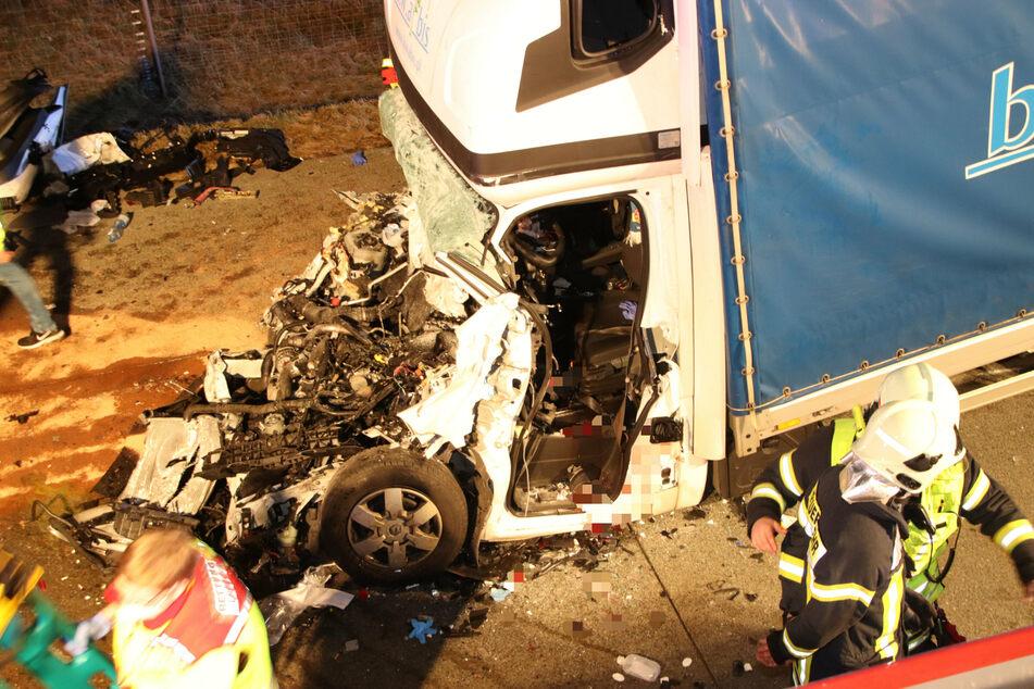 Tödlicher Crash auf der A10: Kleintransporter kracht in Lkw