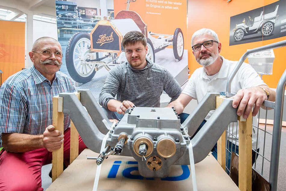 Achim Raue (29) und Andreas Schild (47, r.) von IAV übergaben das nachgebaute Getriebe an Bernd Czekalla (68, l.).