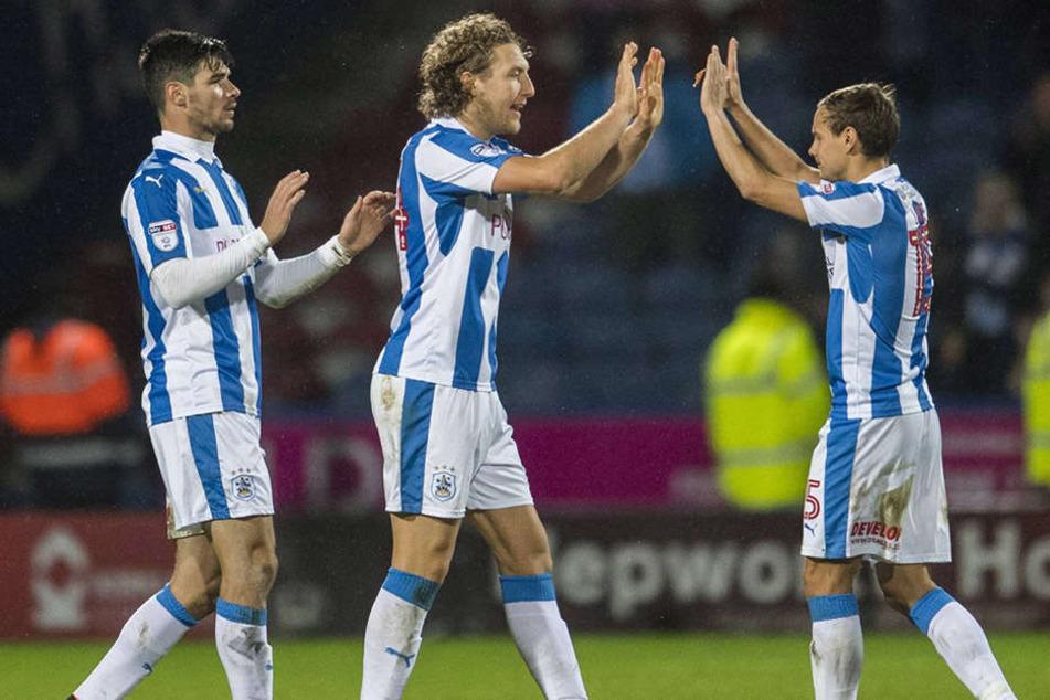 Seit zwei Jahren Teamkameraden: Chris Löw (r.) und Michael Hefele (M.). Löwe kam aus Kaiserslautern zu Huddersfield, Hefele von Dynamo.