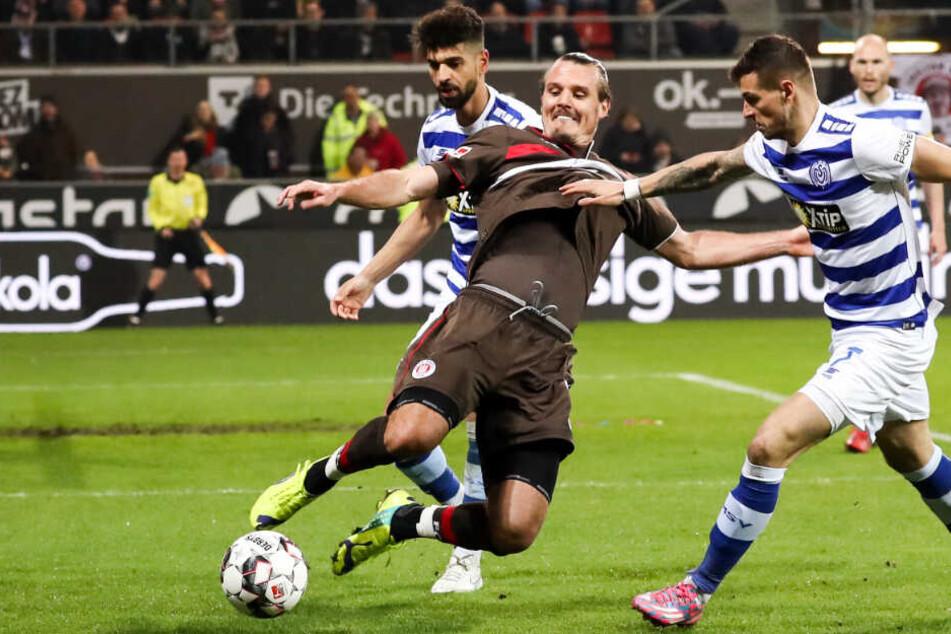 Fußball-Gott Alex Meier versucht es im Strafraum der Duisburger.