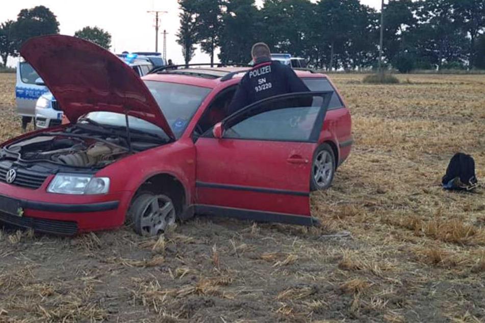 Auf einem Feld kam der Volkswagen nach einem Reifenplatzer zum Stehen.