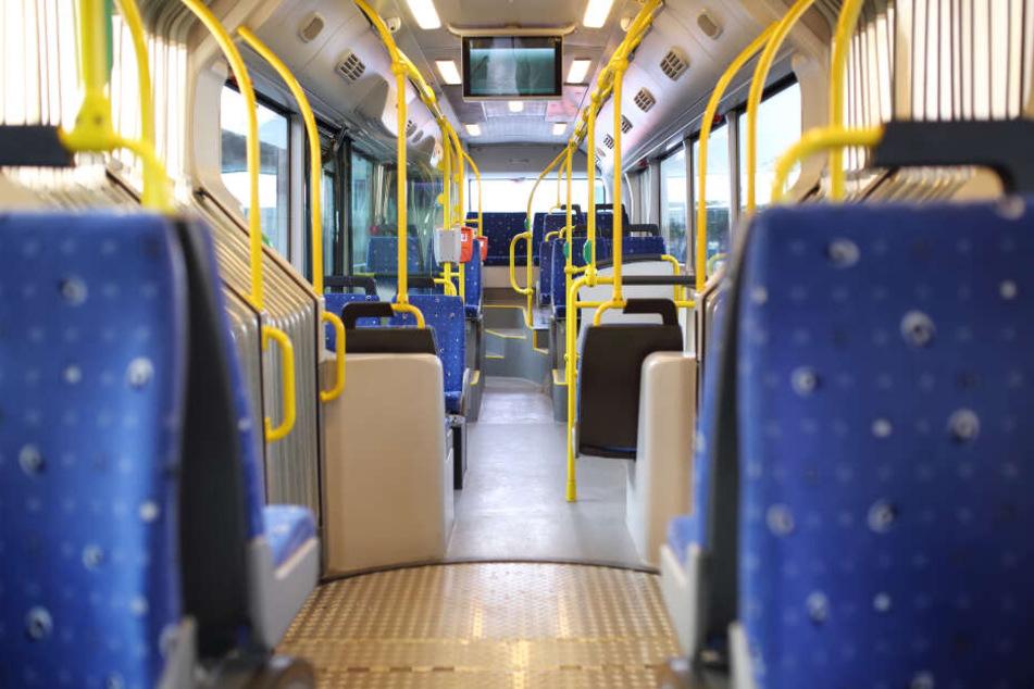 Ein Busfahrer in Mönchengladbach wurde am Samstagabend bedroht, weil nicht die hintere Tür geöffnet hatte. Laut Regel müssen Fahrgäste vorne einsteigen.