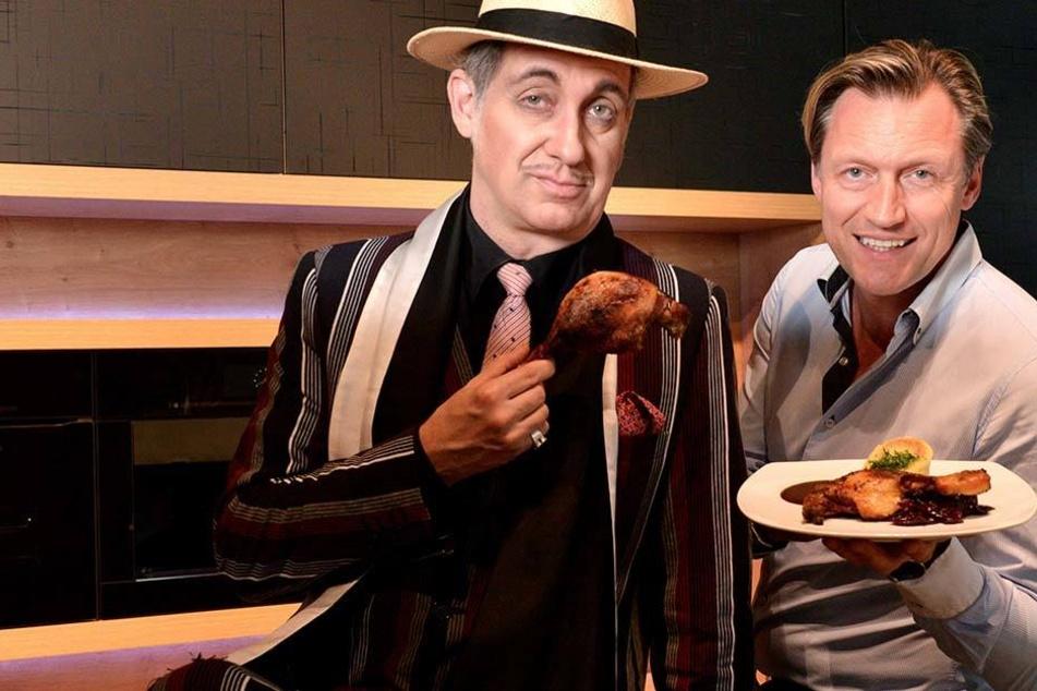 """""""Mafia Mia""""-Pate Bert Callenbach (48, l.) und Show-Veranstalter Mirco Meinel (45) lassen sich die Entenkeule schmecken."""