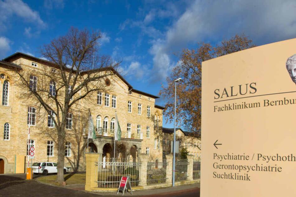 In diesem Fachklinikum in Bernburg soll Anton P. (89) im Juli seinen gleichaltrigen Zimmernachbarn erschlagen haben.