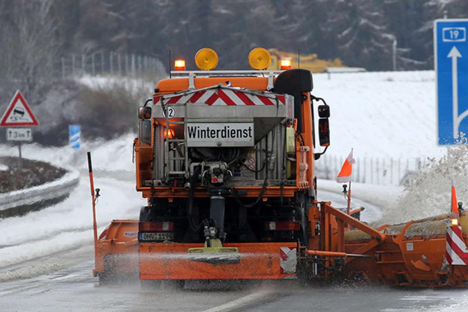Der Winterdienst hat alle Hände voll zu tun, um die Straßen befahrbar zu machen. (Symbolbild)