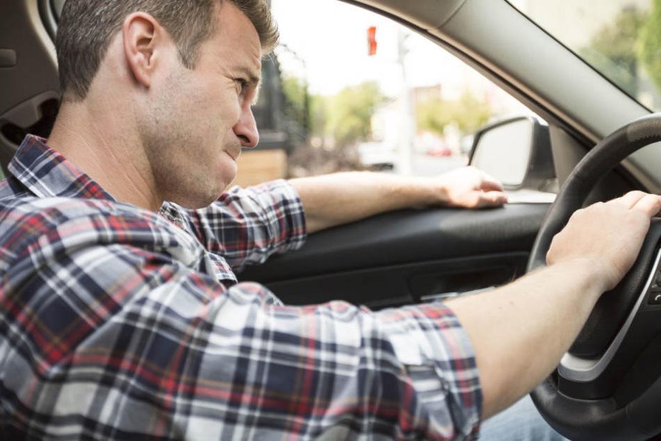 Der aggressive Fahrer hatte sie bedrängt und mit einer Vollbremsung zum Stillstand gezwungen (Symbolbild).