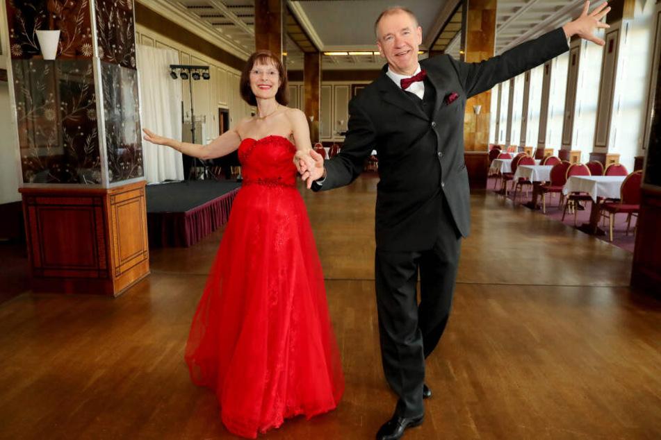Er ist routiniert, aber nicht fantasielos: Steffen Kurock begleitete Marion (61) schon zum Tanz im legendären Leipziger Ring-Café.