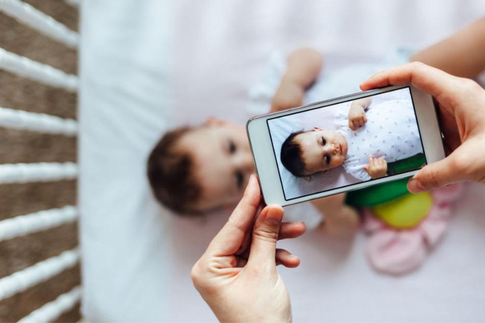 Mama, Papa und die Handykamera sind immer dabei und filmen alles für den Erfolg im Netz. (Symbolbild)