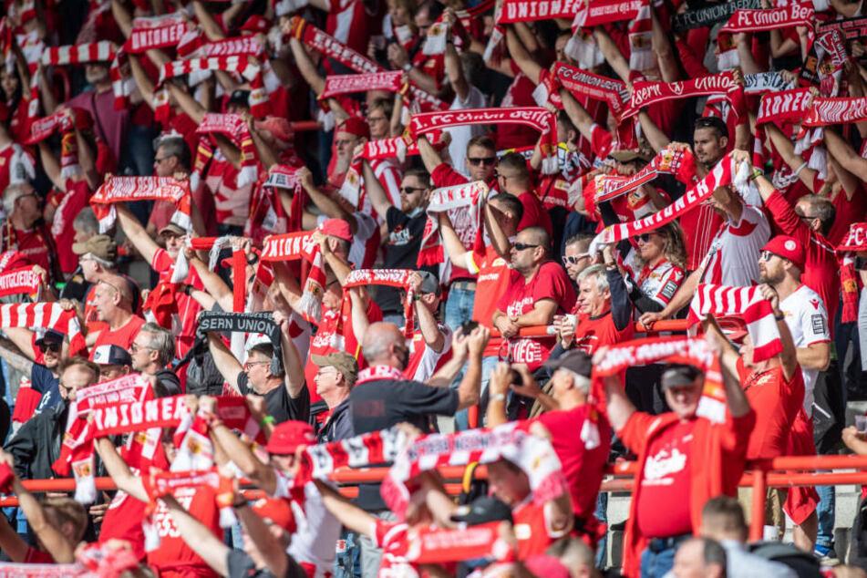 Die Fans des 1. FC Union Berlin feuern dicht gedrängt ihre Mannschaft an. Diese stimmungsvollen Bilder gehören der Vergangenheit an. Im Spiel gegen den SC Freiburg sind zwar bis zu 4500 Fans zugelassen, diese sind jedoch zum Schweigen verdammt.
