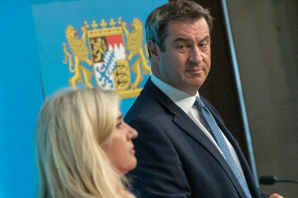 Melanie Huml (l, CSU), Staatsministerin für Gesundheit und Pflege, und Markus Söder (53, CSU), Ministerpräsident von Bayern, nehmen am 13. August an einer gemeinsamen Pressekonferenz zur aktuelle Entwicklungen an den Corona-Teststationen für Reiserückkehrer teil.