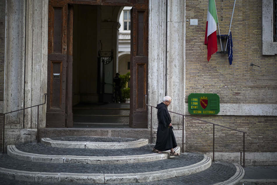 Rom: Ein Ordensbruder verlässt einen Wahllokal.
