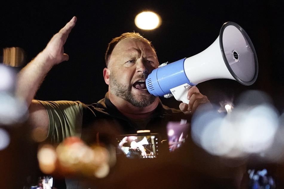 Alex Jones (47) bei einer Demo von Unterstützern des ehemaligen US-Präsidenten Donald Trump (74) im November 2020. Durchgesickerte Aufnahmen enthüllen nun, was der Radiomoderator tatsächlich von seinem einstigen Freund hält.