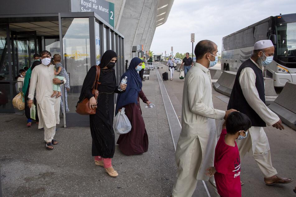 Evakuierte Menschen aus Afghanistan nach ihrer Ankunft Ende August am Washington Dulles International Airport.