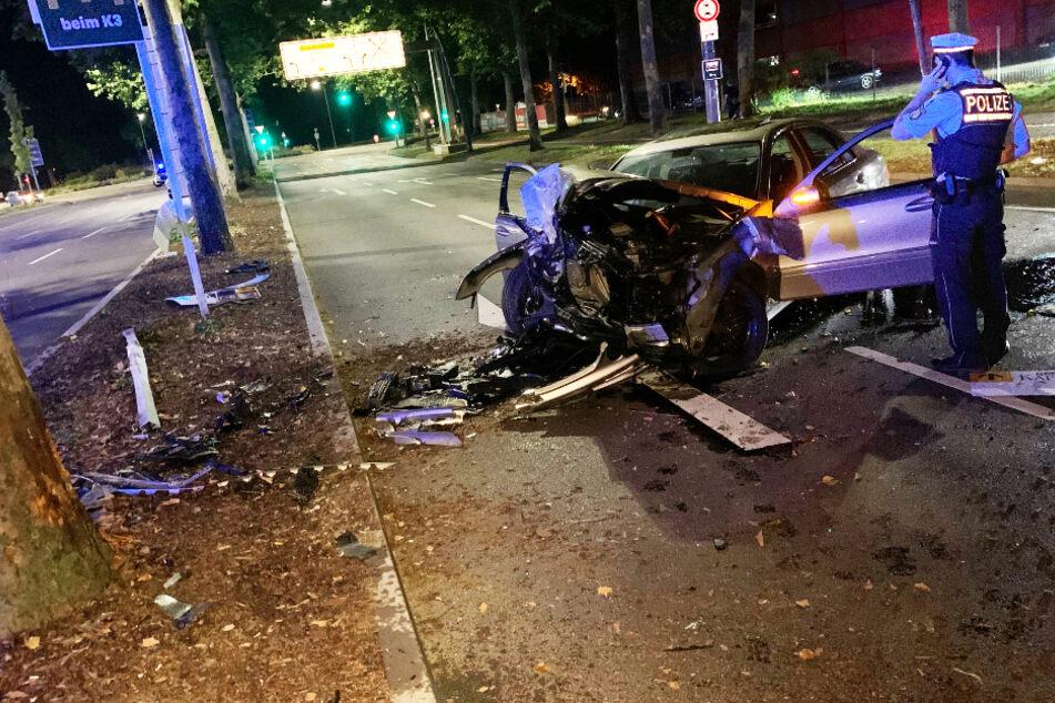 Junger Mercedes-Fahrer kracht gegen Baum und wird schwer verletzt