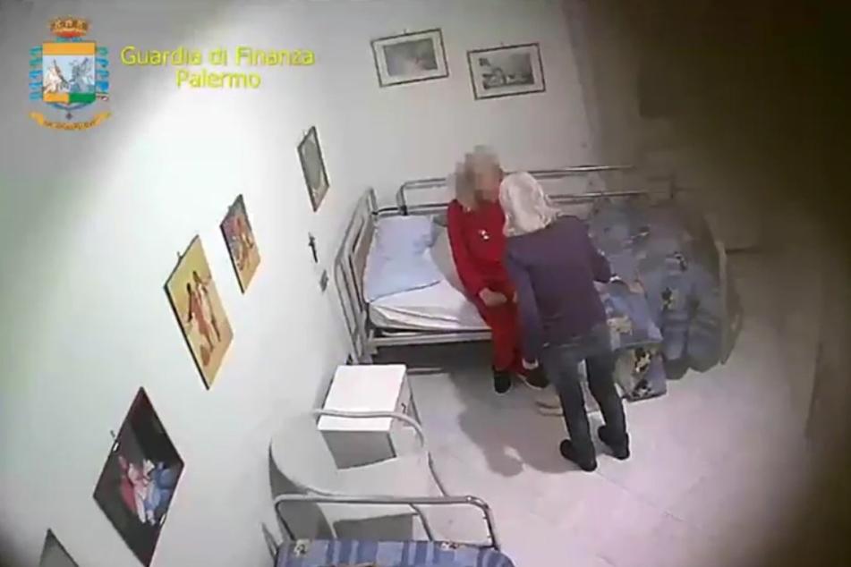 Eine Mitarbeiterin schreit eine wehrlose Heimbewohnerin an.