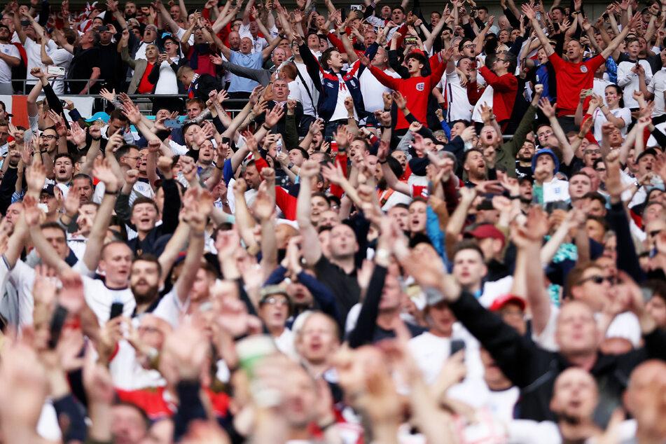 Die Briten freuen sich: Sie konnten das EM-Finale schon im proppenvollen Wembley-Stadion verfolgen. Ab Montag fallen alle Corona-Maßnahmen.
