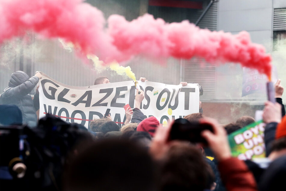 Fans von Manchester United protestieren vor dem Stadion gegen die Glazer-Familie, die Eigentümer des Vereins.