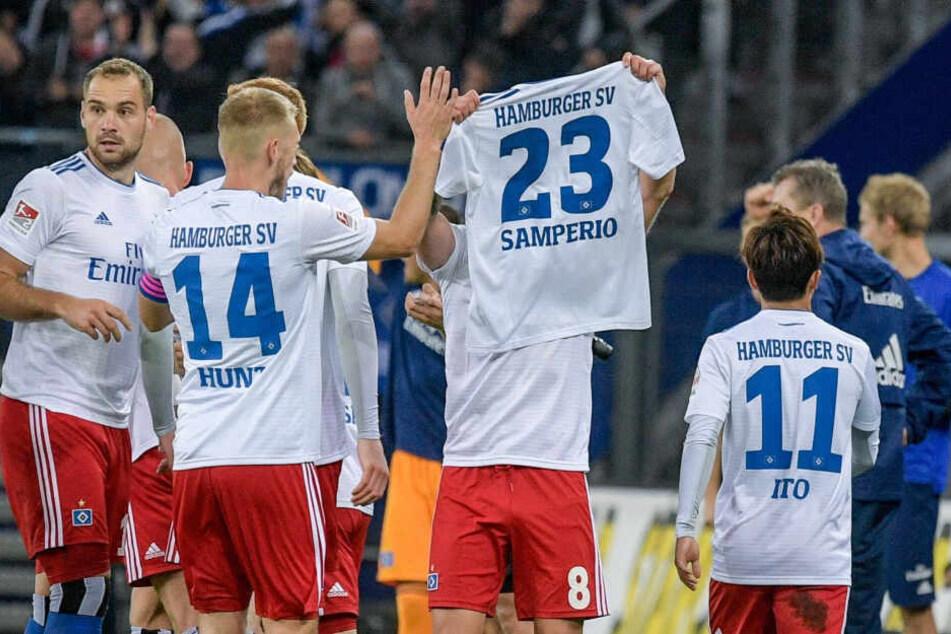 Die Spieler des HSV feiern einen Treffer auf dem Spielfeld. (Archivbild)