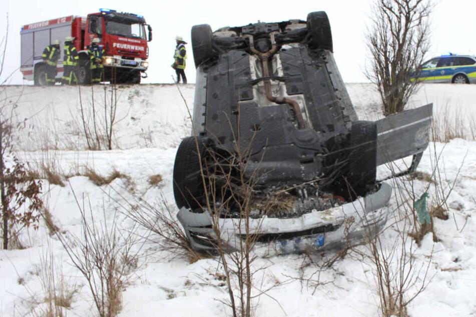 Der Mercedes blieb auf dem Dach im Graben liegen.