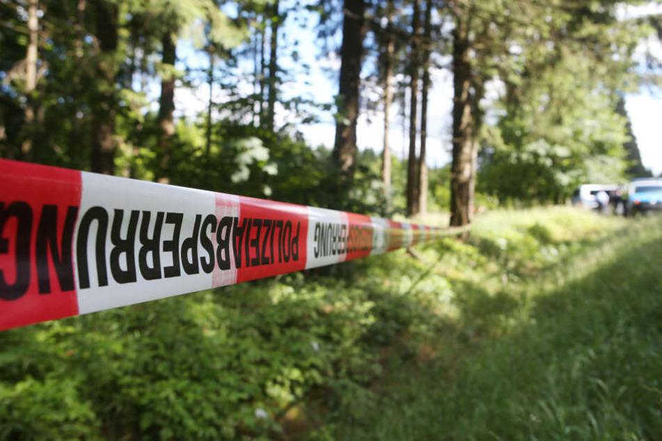 Ein Polizeiband sperrt einen Tatort ab. (Symbolbild)