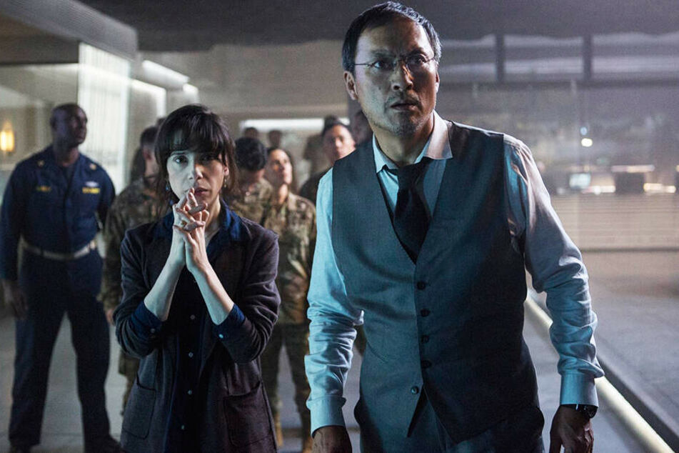 Dr. Vivienne Graham (Sally Hawkins) und Dr. Ishiro Serizawa (Ken Watanabe) sehen mit Schrecken, was auf die Welt zukommt.