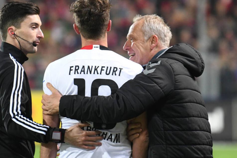 Eintracht-Kapitän David Abraham (Mi.) hatte Freiburg-Coach Christian Streich (Re.) kurz vor Ende des Spiels umgecheckt.