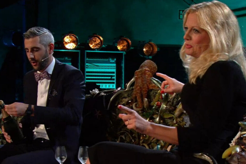 Moderator, Journalist, Künstler und Literat Michael Abdollahi (37) bohrt nach... diesmal sitzt La Schöneberger (44) neben ihm.