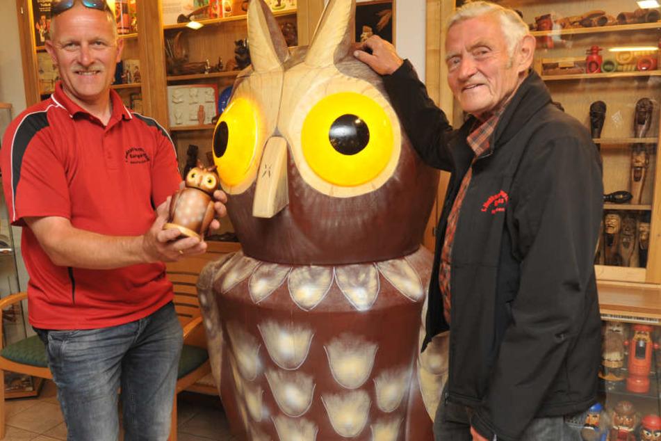 Toller Vogel: Uwe (46) und Jürgen (72) Löschner stellen eine nussknackende Rieseneule aus. Sie ist das 6000. Exemplar im Neuhausener Nussknackermuseum.