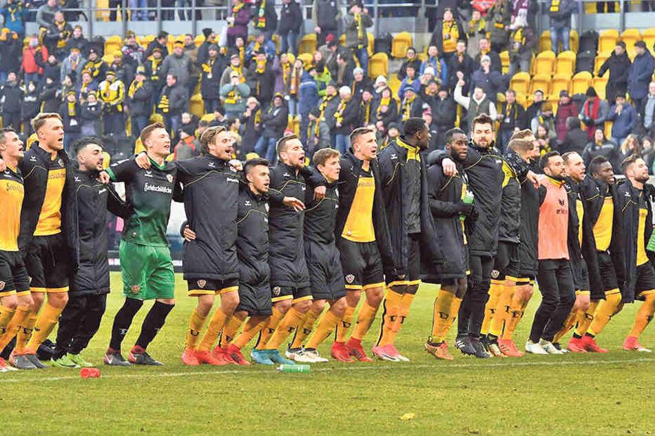 Die Dynamos feierten gemeinsam den Sieg gegen Bochum - in Fürth gibt's aber schon wieder eine andere Startelf.