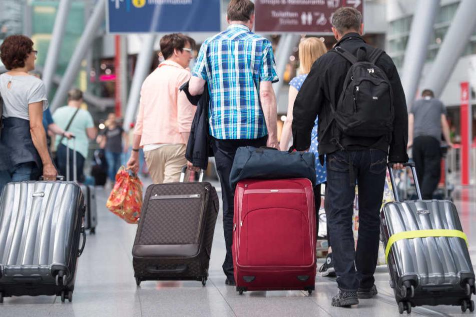 Die Flughäfen in Düsseldorf und Köln erwarten knapp 6 Millionen Passagiere während der Sommerferien (Symbolbild).