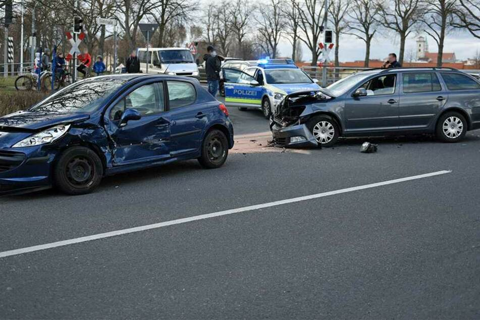Skoda kracht fast ungebremst in Peugeot: Kind soll unter Verletzten sein