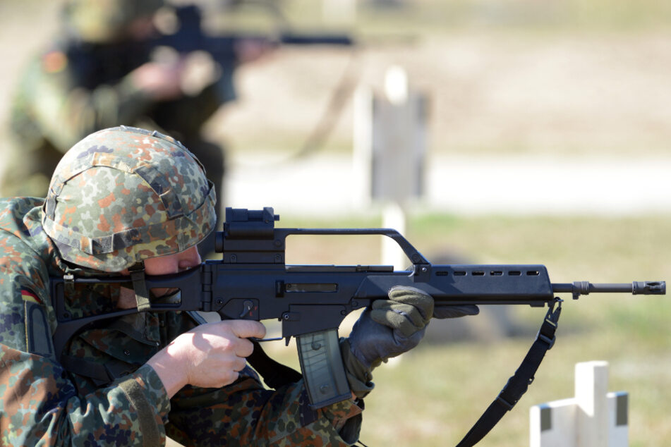 Reservisten bei einer Schießübung auf einem Truppenübungsplatz. (Archivbild)
