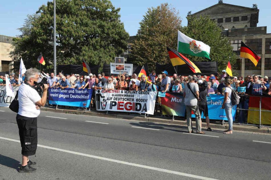 Mehrere Demonstranten empfingen Angela Merkel vor dem Landtag.