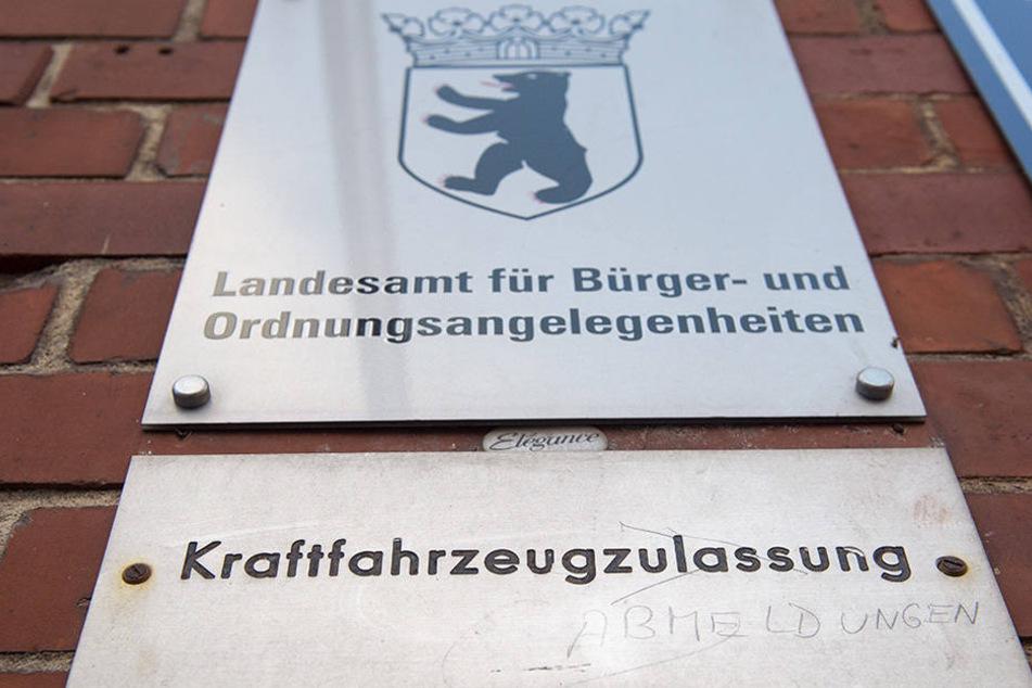 Ein Schild weist auf die KFZ-Zulassungsstelle hin.