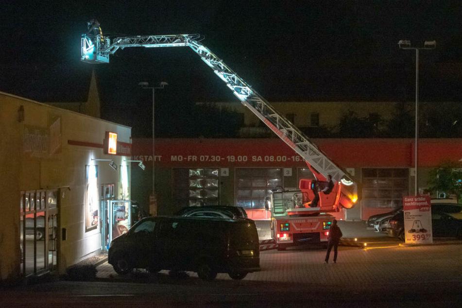 Die Feuerwehr half der Polizei, an das Loch in der Decke zu gelangen.