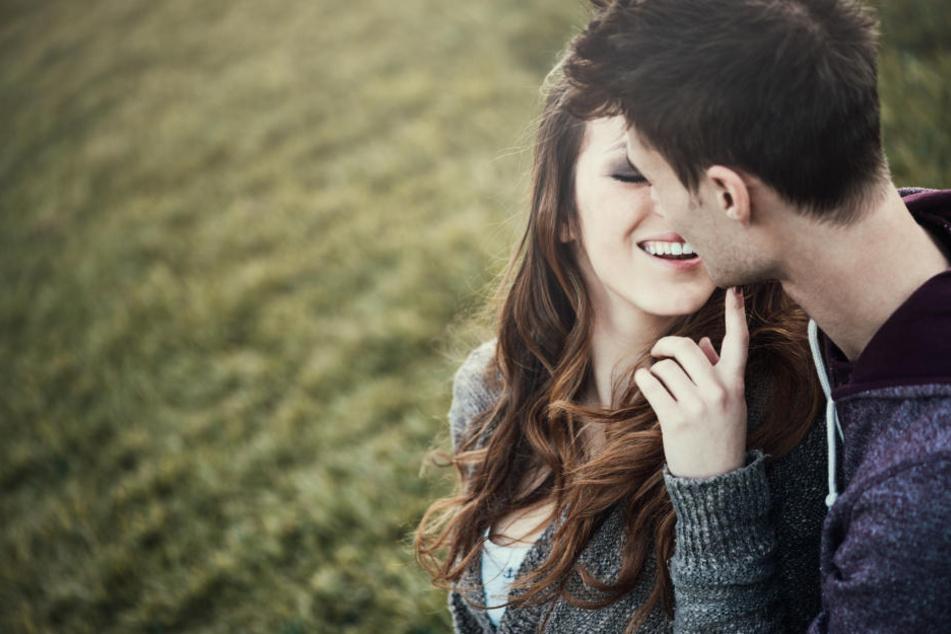 Küssen wird heutzutage fast ausschließlich mit Liebe und Lust verbunden. Es gab aber schon immer auch andere Formen - früher hat man beispielsweise auch aus Ehrbarkeit geküsst.