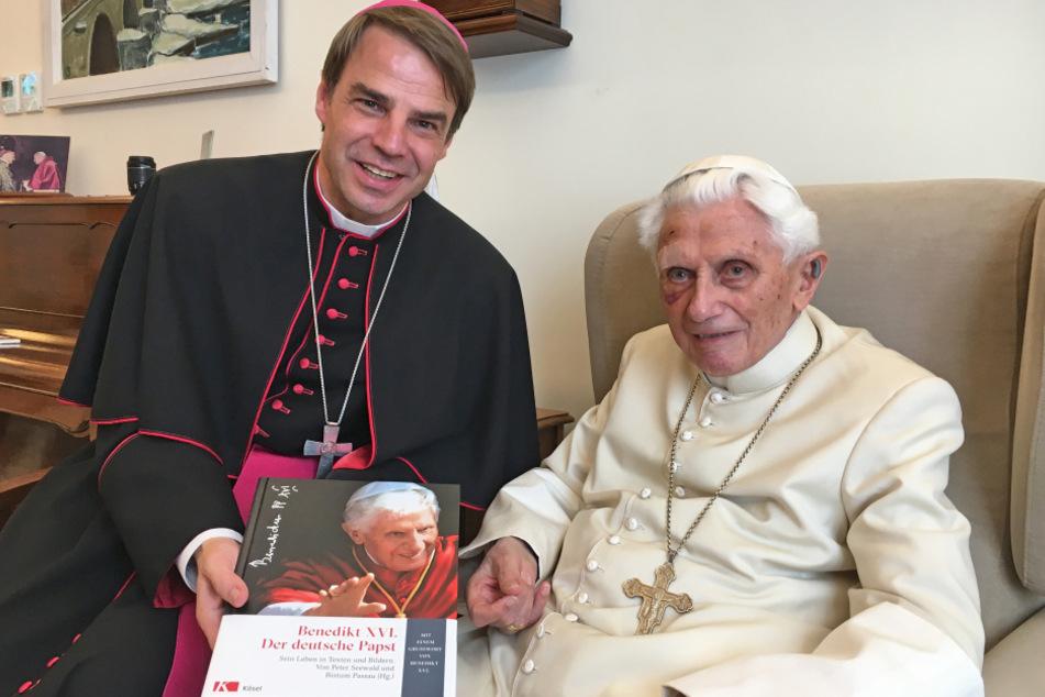 Der Passauer Bischof Stefan Oster zusammen mit dem emeritierten Papst Benedikt XVI.