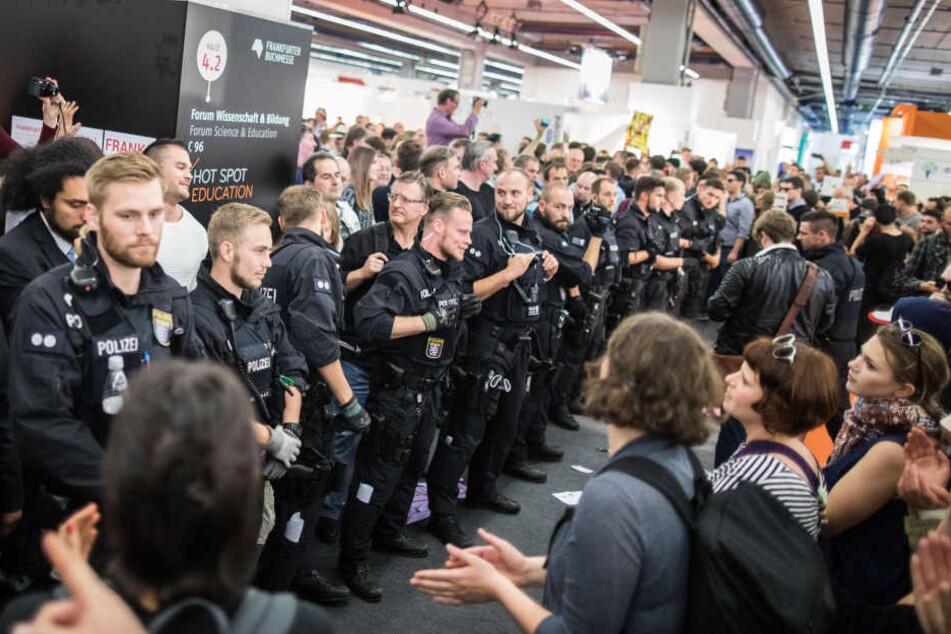 Um Szenen wie in Frankfurt zu verhindern, will die Leipziger Linksfraktion rechte Verlage von der Leipziger Buchmesse ausschließen.