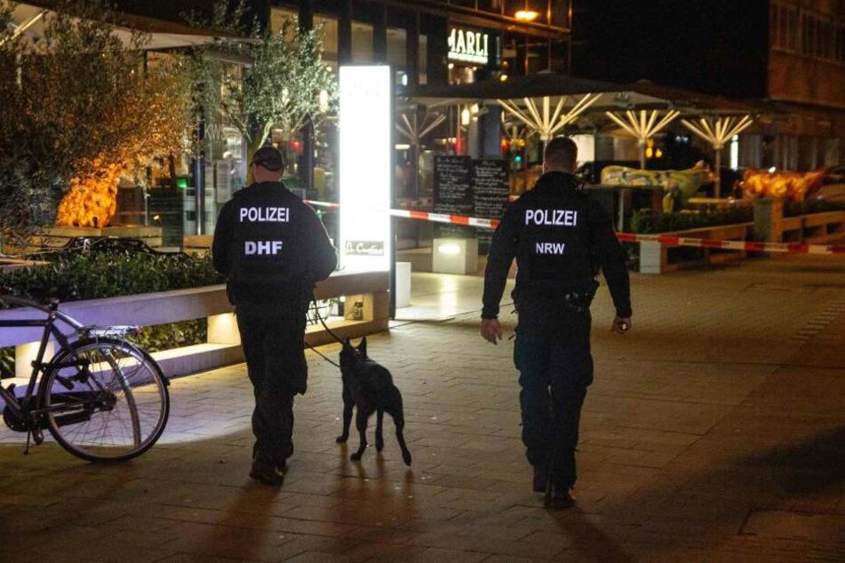 Beamte suchten mit Spürhunden nach der Tatwaffe.