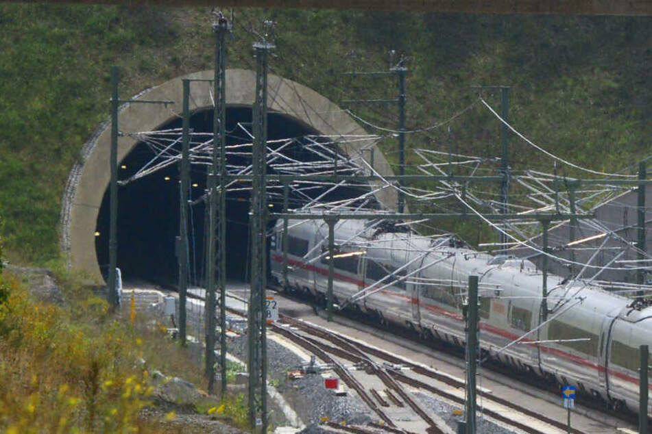 ICE bleibt mitten in Tunnel liegen, Fahrgäste sitzen stundenlang fest