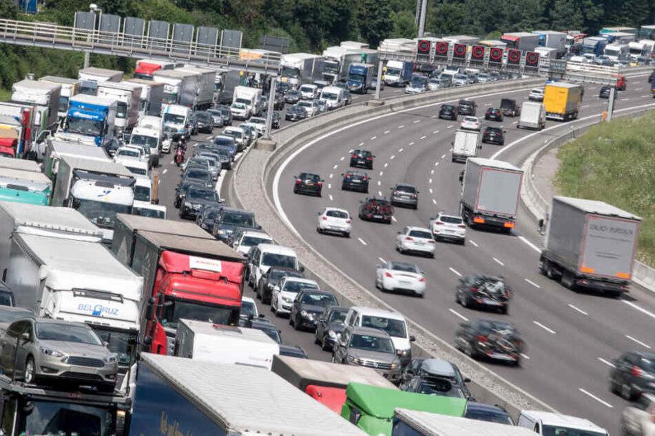 Der ADAC prognostiziert das absolute Verkehrs-Chaos am Wochenende. (Symbolbild)