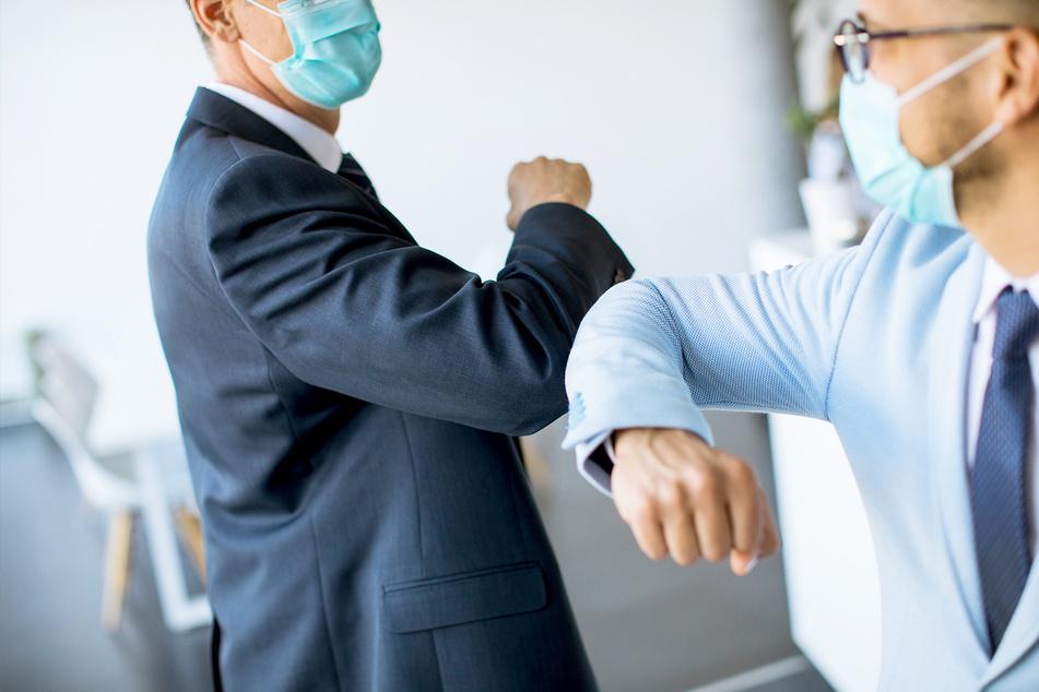 In Zukunft wollen viele Deutsche aufs Händeschütteln verzichten und sich stattdessen mit den Ellenbogen begrüßen. Auch zu Masken soll öfter gegriffen werden.