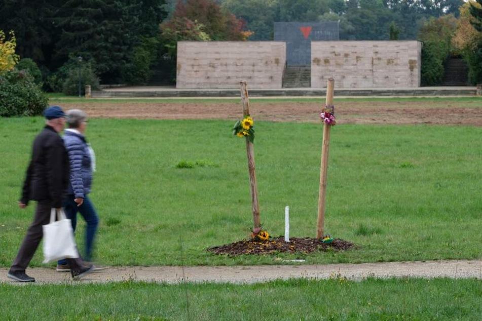 Der Baum war Teil eines Gedenkortes für Enver Simsek, dem ersten NSU-Mordopfer, und wurde von Unbekannten abgesägt.