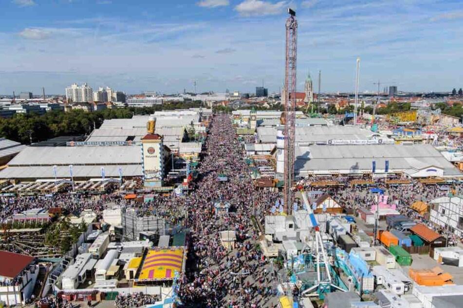 Oktoberfestbesucher drängen sich in der Wirtsbudenstraße auf dem Festgelände. (Archivbild)