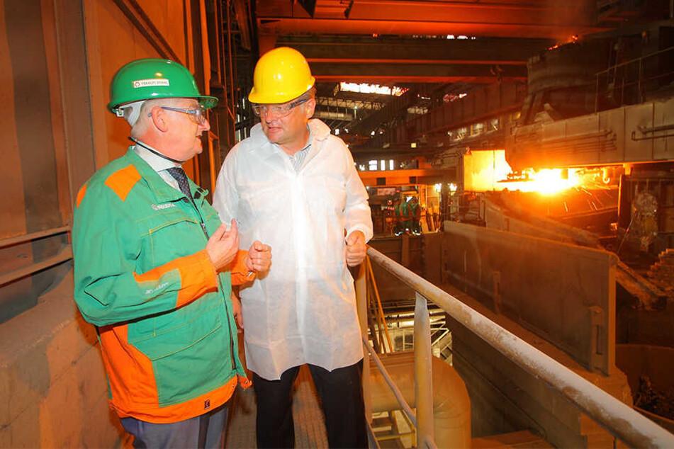 Direktor Frank Jürgen Schaefer (62) zeigt dem FDP-Mann das Stahl- und Walzwerk in Riesa.